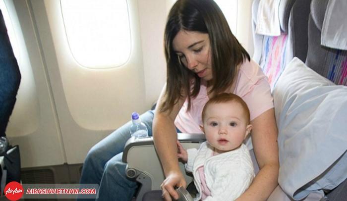 Trẻ dưới 12 tuổi phải có giấy khai sinh khi đi máy bay