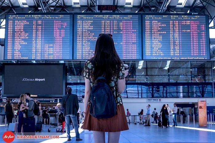 Chú ý lắng nghe thông tin tại sân bay