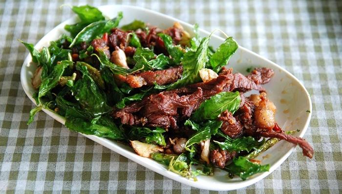 Thưởng thức thịt vịt xào/ Laap pet trong chuyến du lịch Thái Lan